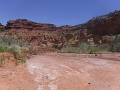 Des cailloux, de l'eau et une vallée
