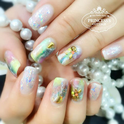 Holographic effect is the upcoming nailart trend! (Can't see clearly here, the colorful nails actual
