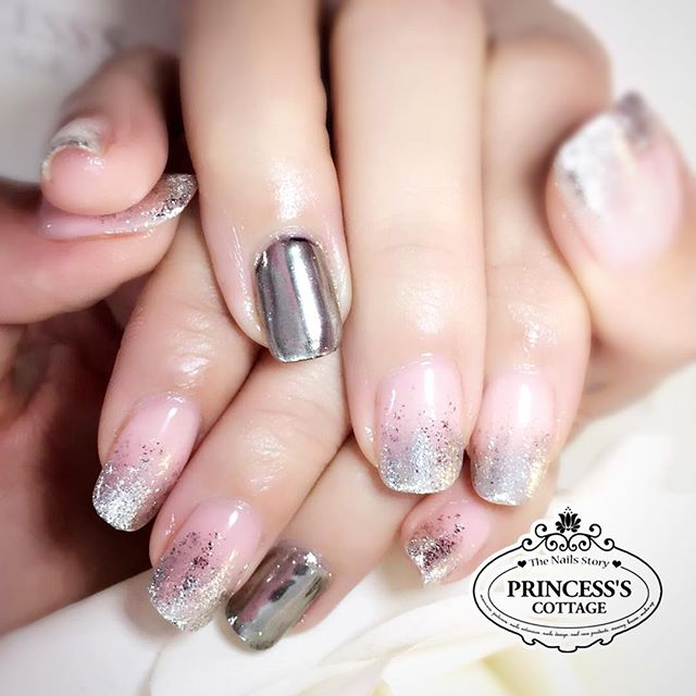 You can always choose to add this additional chrome effect to one of the nails! 🤗 More chrome desig