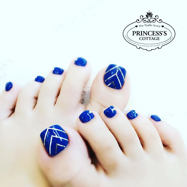 It always brighten my day after a relaxing pedicure with some stylish nailarts! Happy midweek folks!