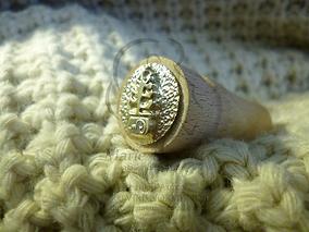 détail poinçon artisan tête laiton