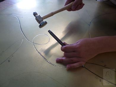 gravure marteau burin laiton
