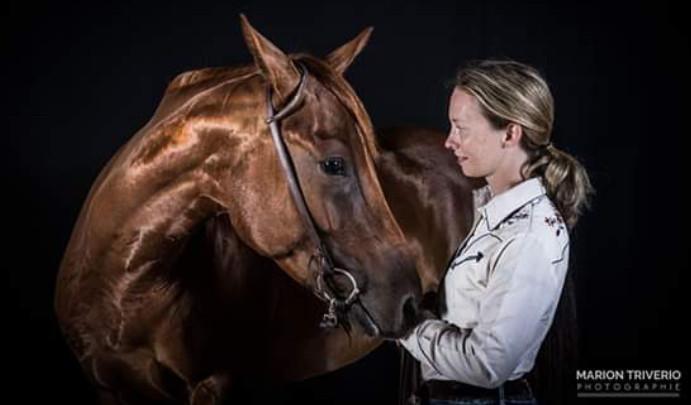 """"""" Je ne suis arrivée pas par hasard chez vous ! Je voulais un chouette cheval de ranch avec qui  je pourrai construire un joli partenariat.  Je suis venue voir un autre cheval chez vous et je suis tombée sous le charme de Gallo : Plus que la robe ou le look je cherchais un mental en or.  Et c'est chose faite avec Gallo, un vrai cheval polyvalent et tellement attachant. Tout semble possible ensemble et cerise sur le gâteau j'ai aussi le look ! """" Claire"""
