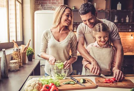 familia_preparando_salada.png