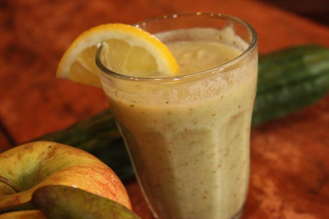 Frisse smoothie met peer, appel, komkommer, kokos en citroen