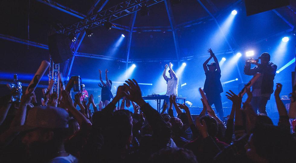 dj danni martin festa palco iluminação público animado mão pra cima dançarinos