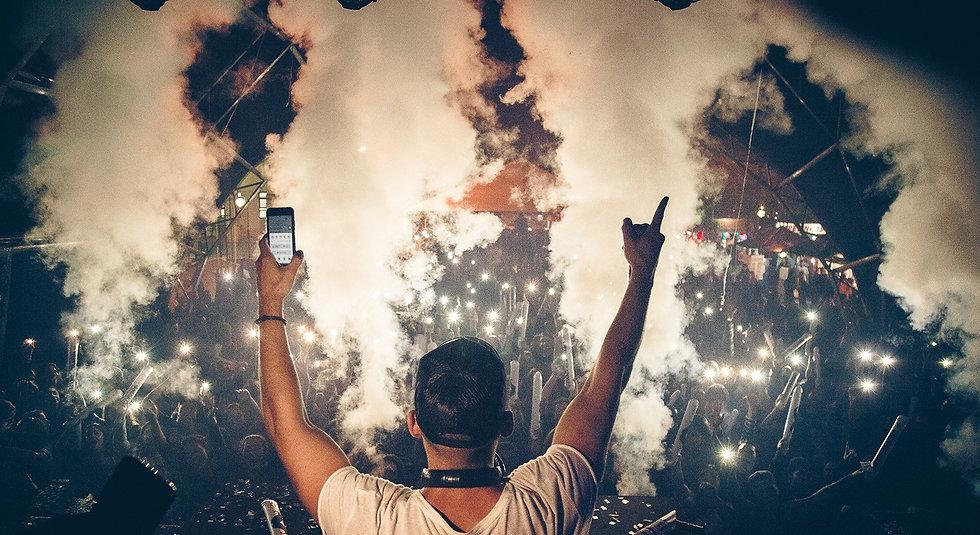 dj interacao celular lanterna light party festa publico mao pra cima dedo animacao prefeitura festa evento sao jeronimo rs