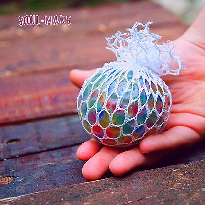 כדור ענבים קטן עם רשת בצבע אקראי
