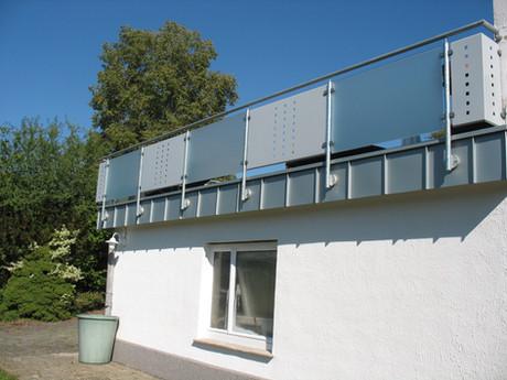 Geländer an Dachterrasse mit Glas- und Metallfüllungen