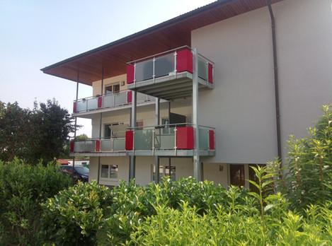 Balkone Stahlkonstruktion mit Glasfüllungen