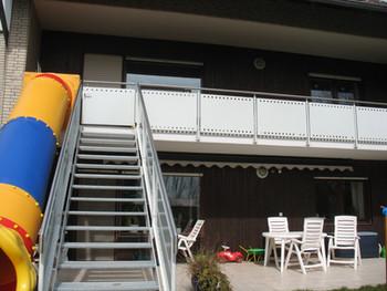 Balkongeländer, Treppe und Rutsche
