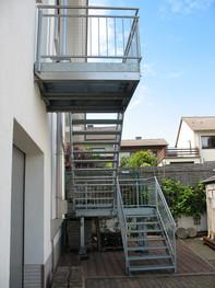 Gitterrost-Treppe mit Podesten, verzinkt