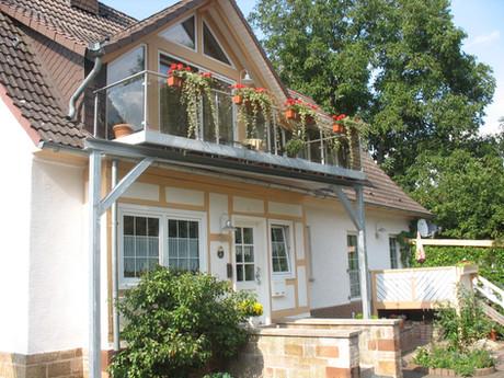 nachträglich angebauter Balkon und Überdachung Haustür