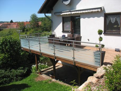 Geländer aus Edelstahl mit satiniertem Glas