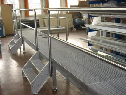 Laufsteg und Treppen, Gitterrost verzinkt mit Edelstahlgeländer