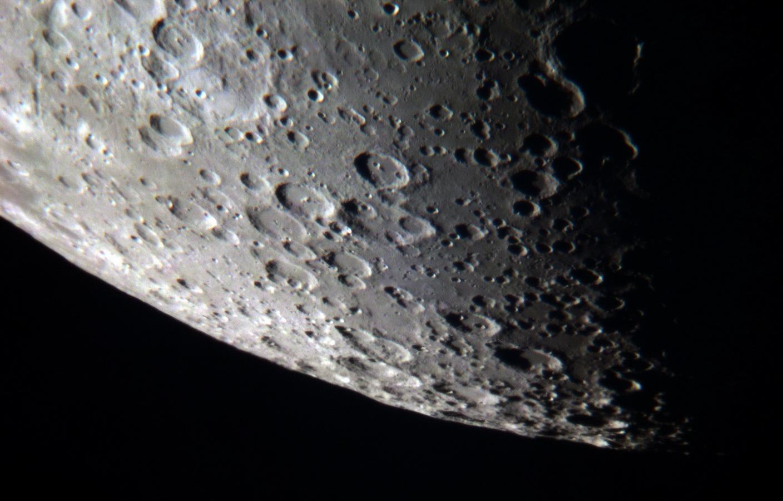 Cráteres en el borde lunar