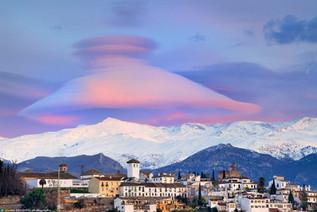 Nubes lenticulares sobre las montañas de Sierra Nevada en Granada