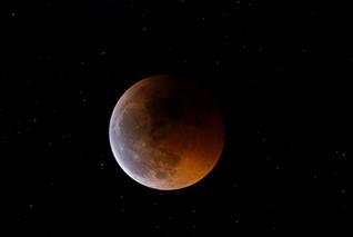 El APOD de la Luna eclipsada de Javier Algarra