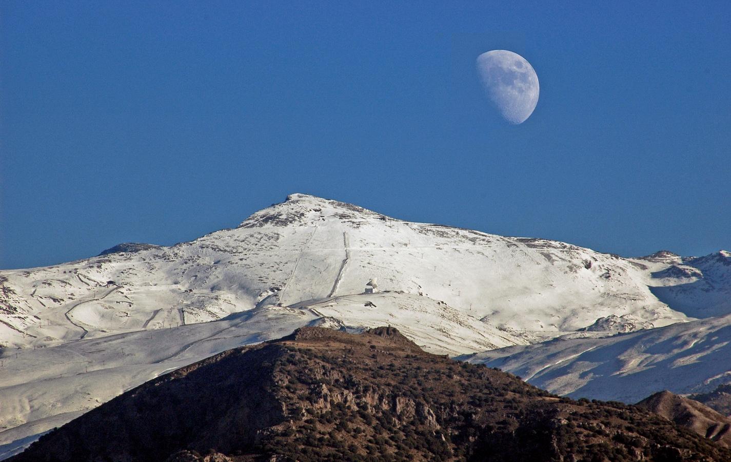 La Luna saliendo en Sierra Nevada