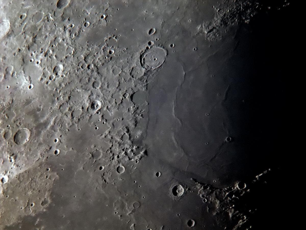 Cráteres en la superficie lunar