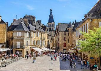 225_main-square-of-sarlat-la-caneda.jpg