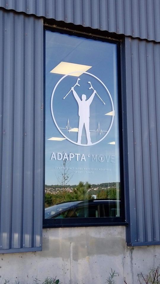 Logo sur la vitre de la salle