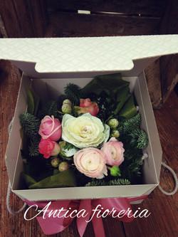 Scatola con fiori freschi