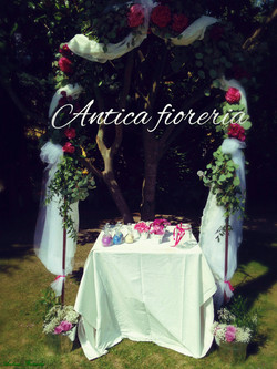 arco fiorito per cerimonia all'aperto