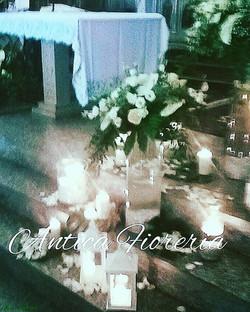 allestimento con vetri, candele e fiori