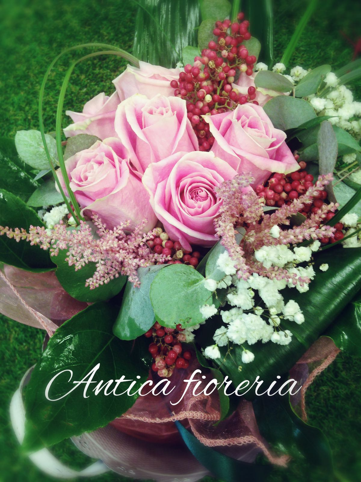 bouquet con rose e bacche