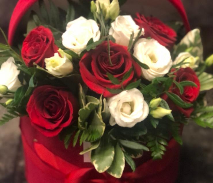 Cappelliera bassa con rose rosse e lisia