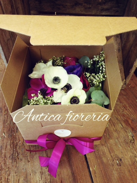 Scatola scrigno avana con fiori freschi
