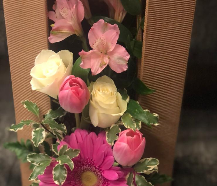 Scatoletta con fiori freschi