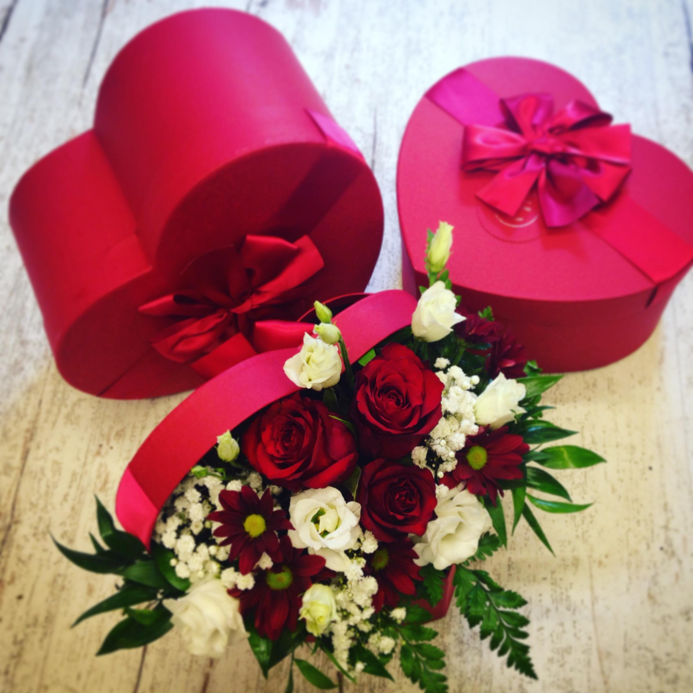 Scatola a cuore con fiori freschi