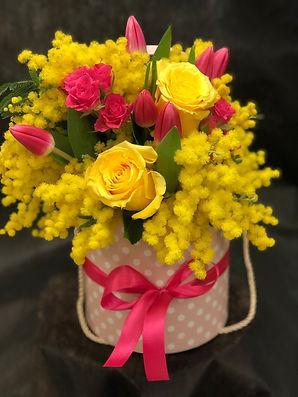 Cappelliera con rose, tulipani e mimosa