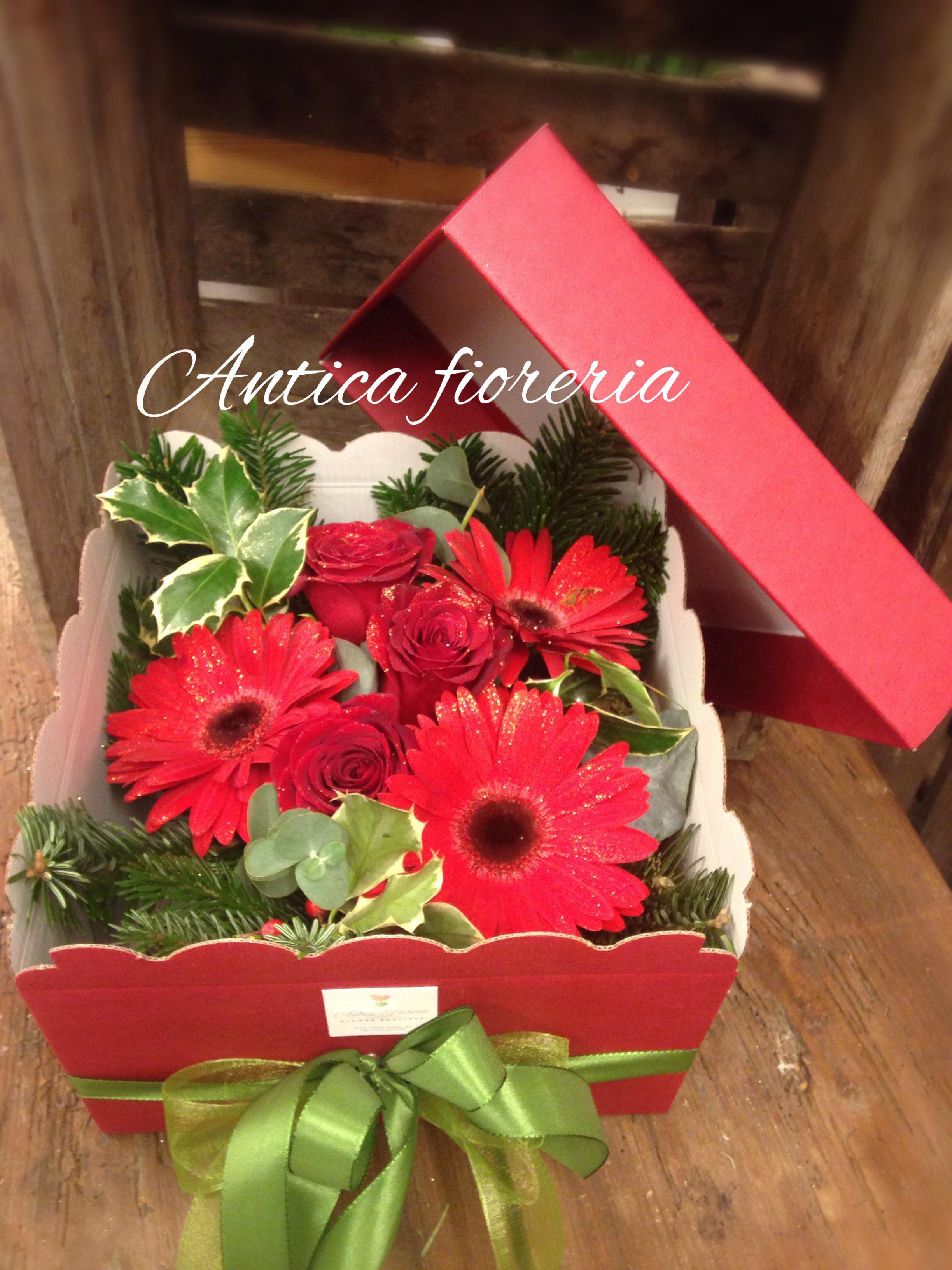 SCatola con coperchio con fiori freschi