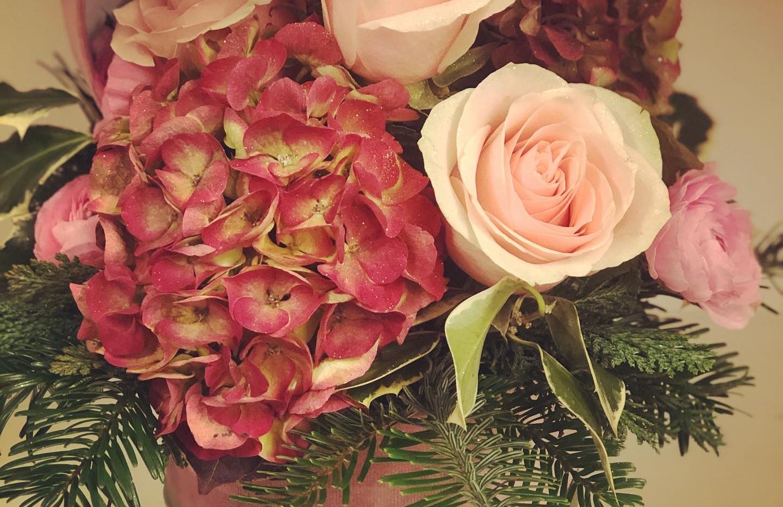 Cappelliera in velluto con fiori freschi