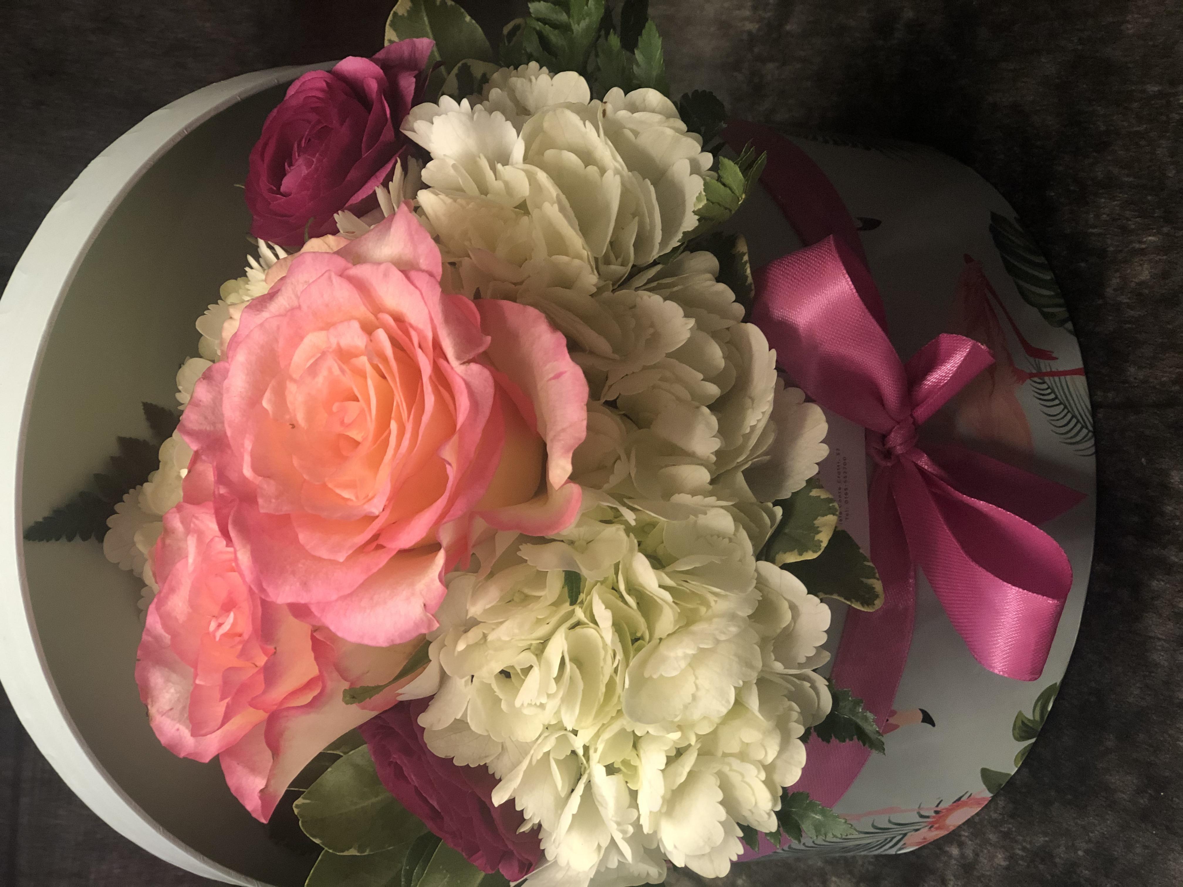 Cappelliera bassa con fiori freschi