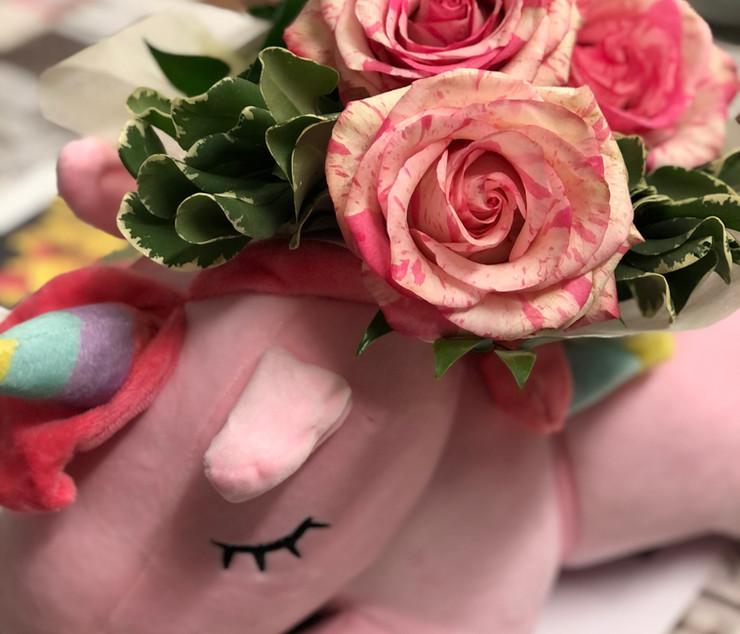 Unicorno di peluche con rose varigate