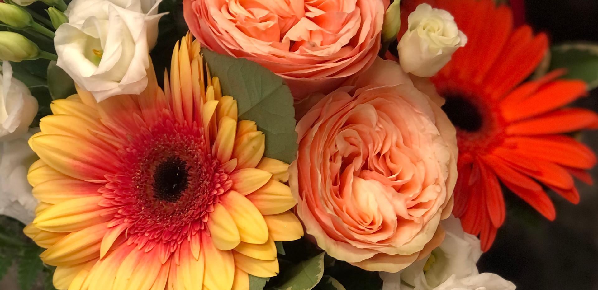 Cappelliera di velluto con fiori freschi