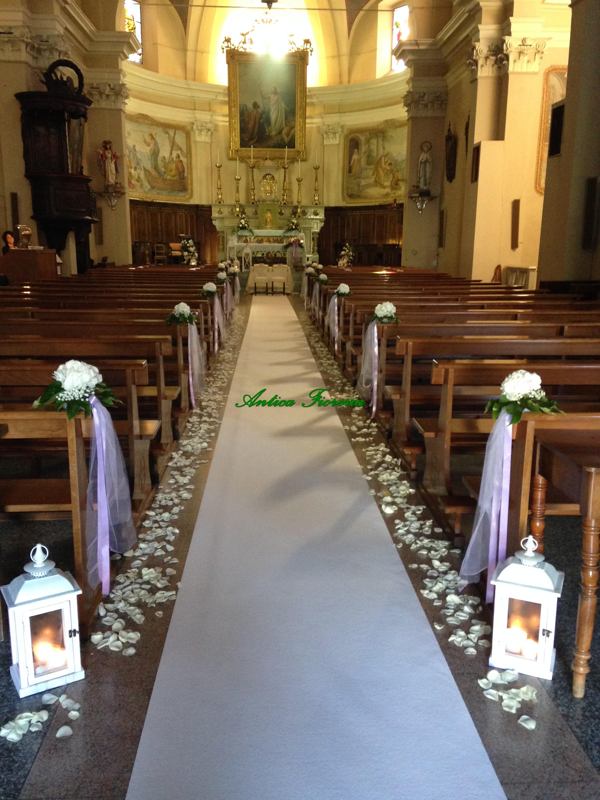 navata con petali di rosa
