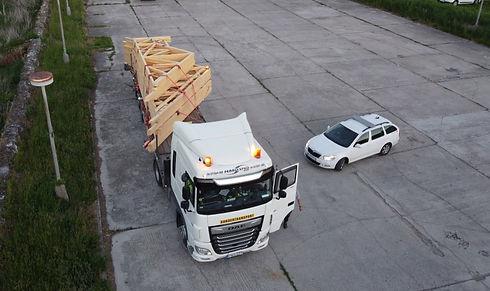 tetőszerkezet szállítása a helyszínre