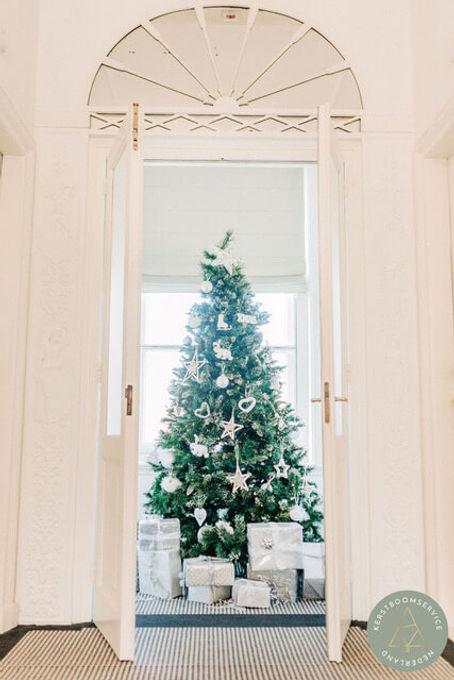 Kerstboom met wit thema in kantoor