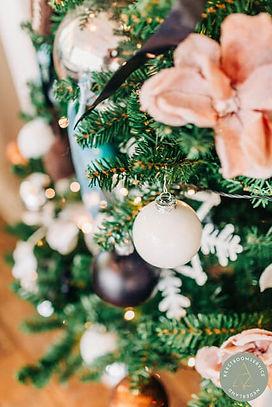 Kerstboom arrangement met bloemen