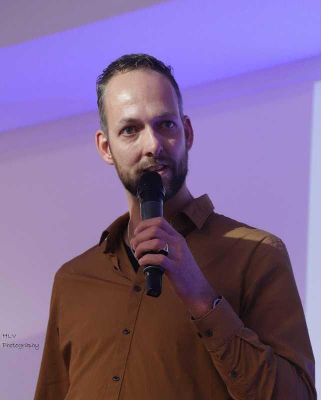 Martijn Lustig vertelt zijn getuigenis in Omega Kerk Apeldoor