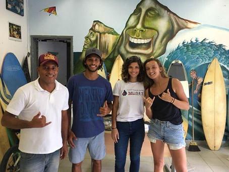 Parceria entre Rocinha Surf Escola e L'abeille association