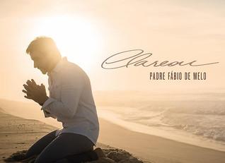 """""""É"""", na voz de Padre Fabio de Melo."""