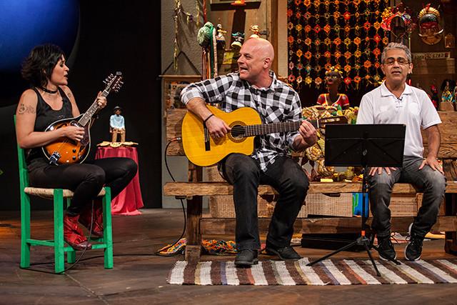 """Domingo, dia 20/11,estarei cantando uma canção do CD """"Eu Inteiro Só"""", e mais três com meus queridos MARCHISTAS no programa Sr Brasil, de Rolando Boldrin. É sempre uma honra e uma alegria e um prazer participar deste que para mim é o melhor programa de música brasileira ao vivo de nossa TV. Anotem aí!  Data: (Domingo) – 20/11 Horário:10h Reapresentação:(Quarta) – 23/11 Horário:03h00"""