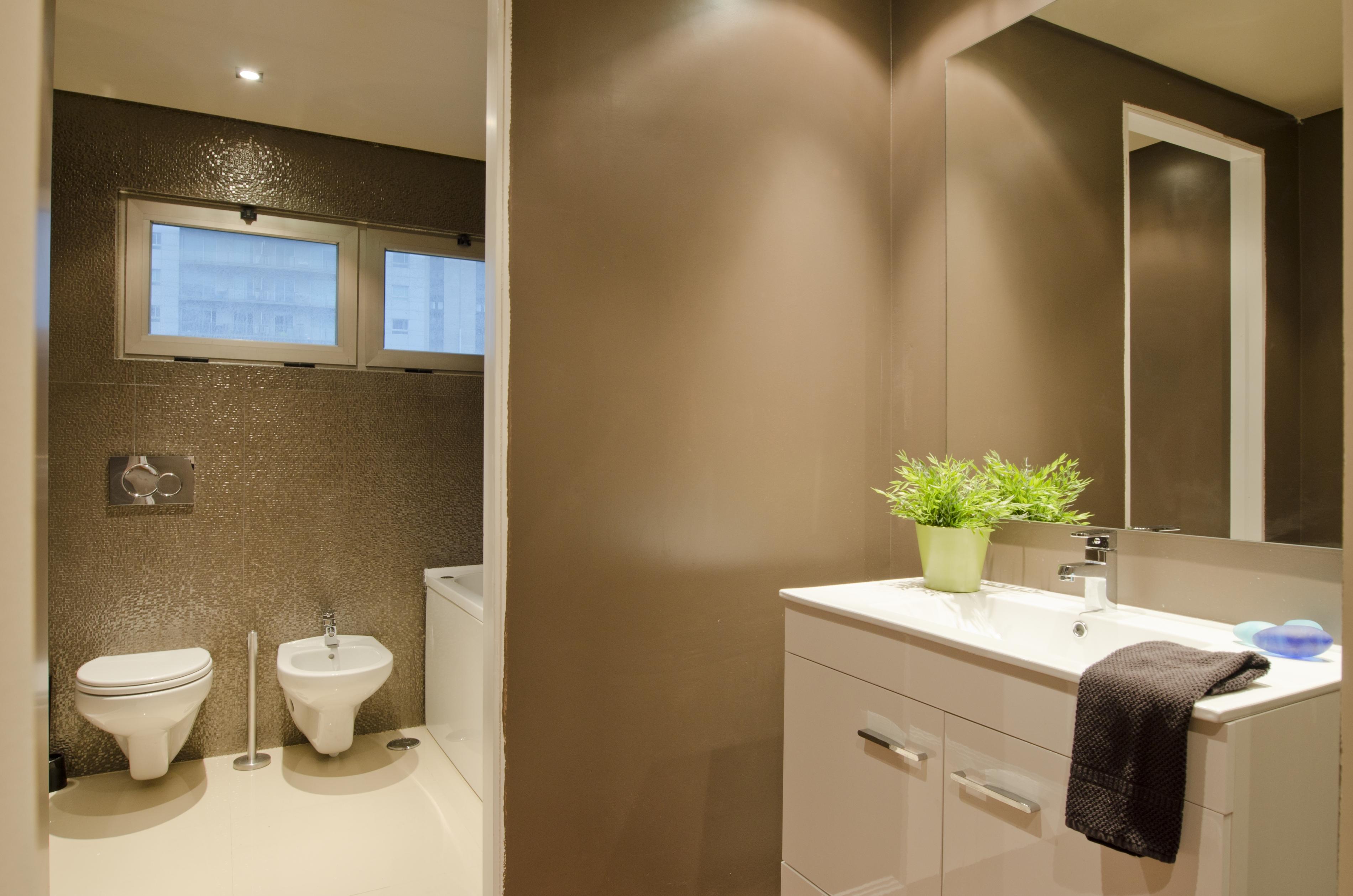 PE - Suite 5 - Foto 8 - IS.Bathroom.JPG