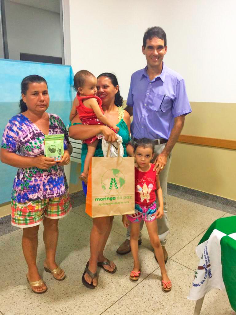 Rosa Helena do Santos recebe produtos Moringa da Paz (Foto: Moringa da Paz/Divulgação)